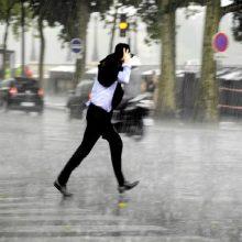 ¿Es mejor caminar o correr bajo la lluvia?