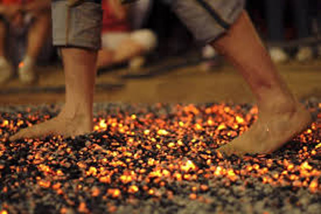Caminantes sobre fuego