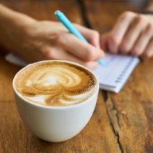 la cafeína te mantiene despierto