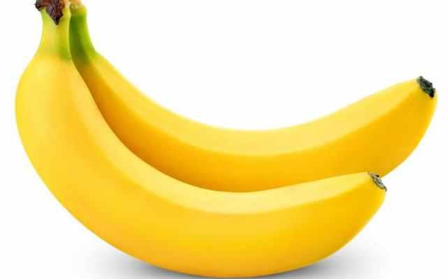 Todas las mañanas ella comienza su día con un vaso de agua tibia y un plátano