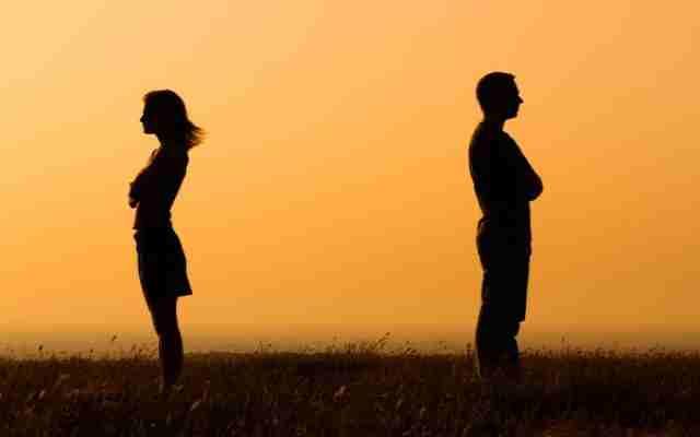 Si tu esposo hace estas 4 cosas, lo más probable es que te esté engañando