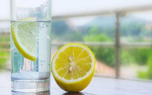 Si tomas agua tibia de limón todos los días ESTO le pasa a tu cuerpo